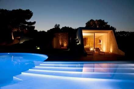 """Villa """"O"""" - Portisco, Sardegna: Piscina in stile in stile Minimalista di Studio Marastoni"""