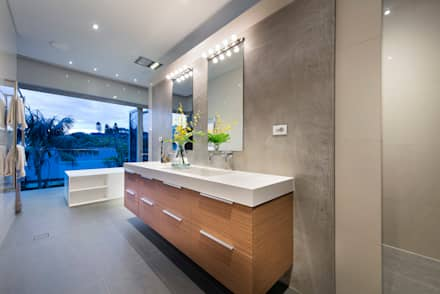 Ensuite: industrial Bathroom by D-Max Photography
