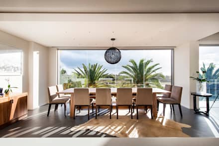 Bright Dining room: modern Dining room by D-Max Photography