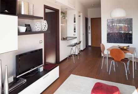 Parete con bancone cucina: Soggiorno in stile in stile Moderno di gk architetti  (Carlo Andrea Gorelli+Keiko Kondo)