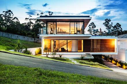 Vista frontal: Casas modernas por JOBIM CARLEVARO arquitetos