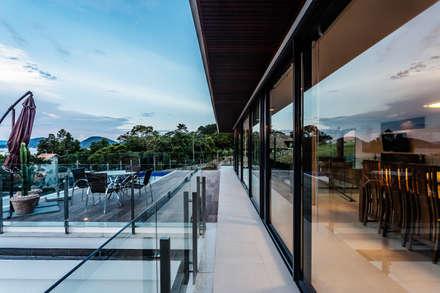 CASA LB: Terraços  por JOBIM CARLEVARO arquitetos
