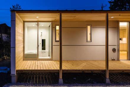 鴻巣の曲り家: 株式会社 中山秀樹建築デザイン事務所が手掛けた浴室です。