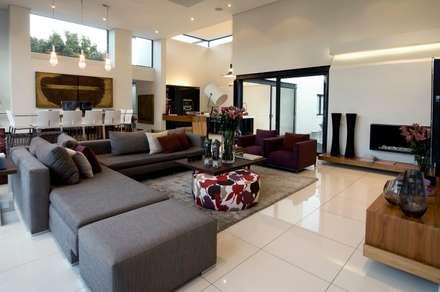 House Mosi : modern Living room by Nico Van Der Meulen Architects
