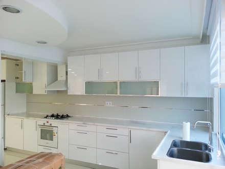 Emre Urasoğlu İç Mimarlık Tasarım Ltd.Şti. – Beyaz Ev - Mersin Çeşmeli Yazlık Projesi: minimal tarz tarz Mutfak