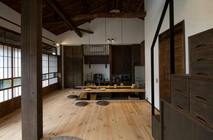 Salas / recibidores de estilo asiático por 森村厚建築設計事務所