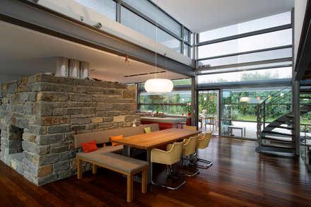 Naturstein trifft Stahl und Glas: ausgefallene Esszimmer von völse architekten bda