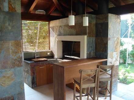 Ruang Makan by DEKMAK interiores