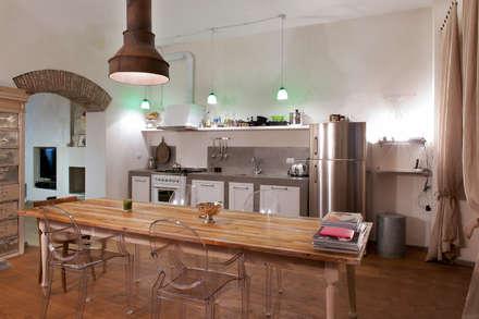 loft: Sala da pranzo in stile in stile Industriale di marco bonucci fotografo