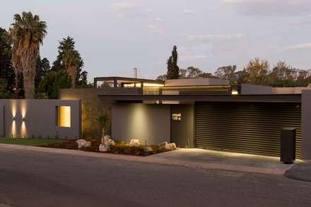 House Sar : modern Houses by Nico Van Der Meulen Architects