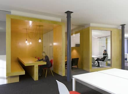 Seating area - Leo Burnett offices:  Office buildings by Salt and Pegram