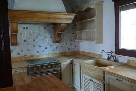 Fregadero de mármol travertino dorado y encimera : Cocinas de estilo rústico de Gamahogar