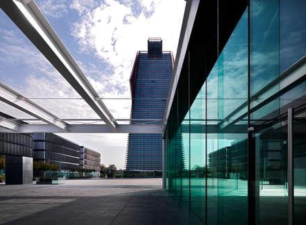 Net Center - Torre e Kube (spazio espositivo): Complessi per uffici in stile  di LVL Architettura