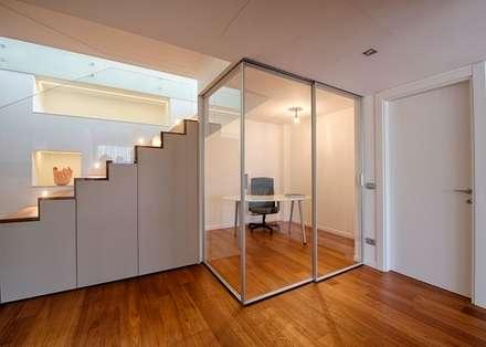 SEPARAZIONI LEGGERE E VERSATILI: Studio in stile in stile Moderno di ARCHITETTO ALESSANDRO PASSARDI
