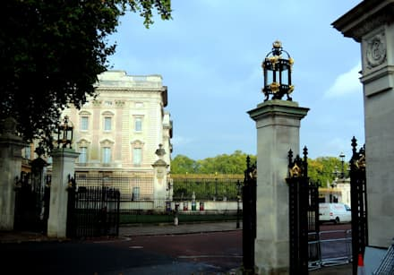 Buckingham Gates, London, SW1:  Museums by Barwin