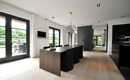 Eetkamer - Keuken - modern landhuis te Vinkeveen: moderne Eetkamer door Building Design Architectuur
