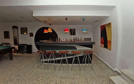 Bar: Bodegas de estilo clásico de Bernadó Luxury Houses