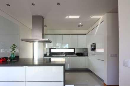 Moradia Unifamiliar Rua Geraldo Kimpell - Valbom Gondomar: Cozinhas minimalistas por Albertina Oliveira-Arquitetura Unipessoal Lda