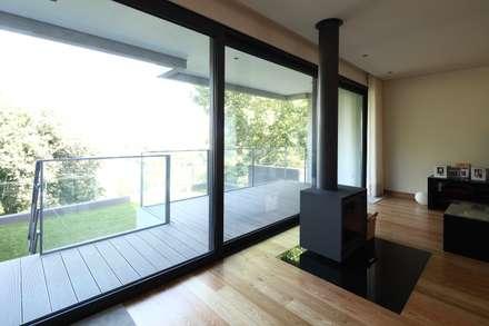 Moradia Unifamiliar Rua Geraldo Kimpell - Valbom Gondomar: Salas de estar minimalistas por Albertina Oliveira-Arquitetura Unipessoal Lda
