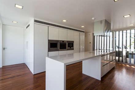 Casa PL: Cozinhas modernas por Atelier Lopes da Costa