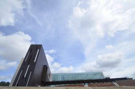 Centro Médico de Boadilla: Hospitales de estilo  de gonzalo echenique