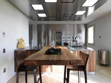 renovation in North Italy: Cucina in stile in stile Moderno di Vegni Design