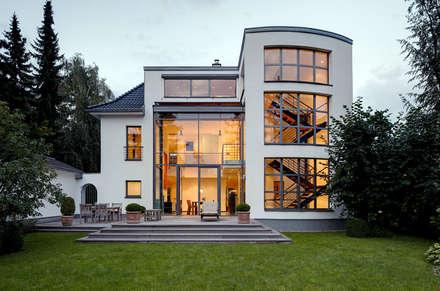 Gartenseite: moderne Häuser von Architekturbüro Lehnen