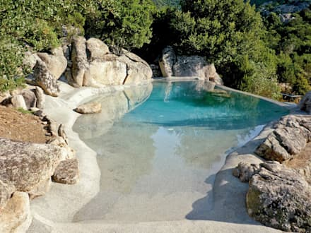 La differenza rispetto alle piscine scatolari: Piscina in stile in stile Mediterraneo di Biodesign pools