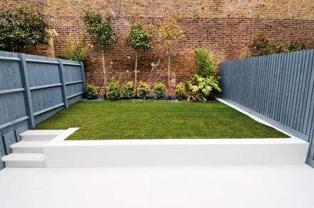 Minimal urban townhouse garden: minimalistic Garage/shed by LLI Design