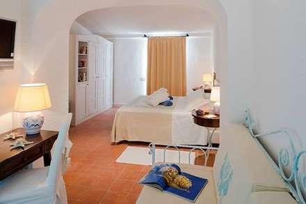 Pavimenti in cotto fatto a mano prestigioso hotel a Porto Cervo: Centri commerciali in stile  di L'arte del cotto