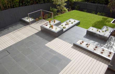 Midnight party garden: modern Garden by Robert Hughes Garden Design
