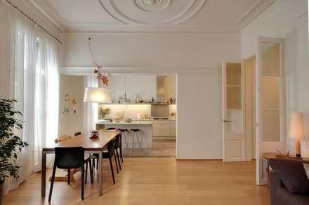Reforma vivienda en el Barrio de Gracia en Barcelona: Cocinas de estilo moderno de Room Global