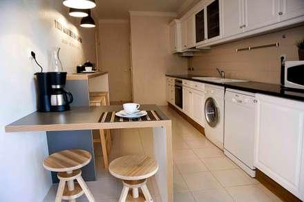 kitchen: Cozinhas ecléticas por Home Staging Factory