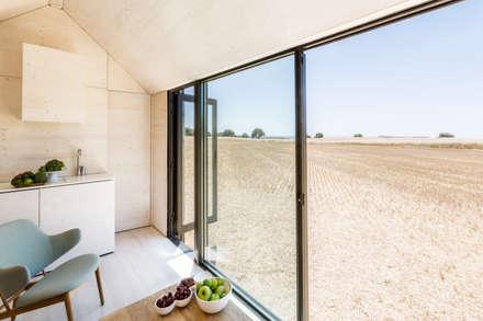 CASA TRANSPORTABLE  ÁPH80: Ventanas de estilo  de ÁBATON Arquitectura
