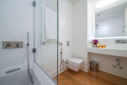 bathroom: Casas de banho minimalistas por Home Staging Factory