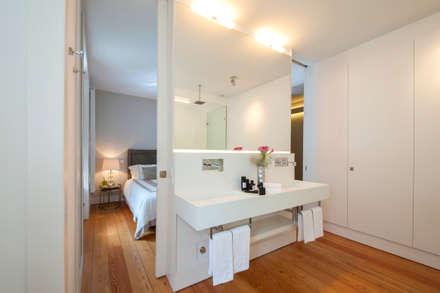 Contemporary bathroom: Casas de banho modernas por Home Staging Factory
