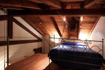 Soppalco: Hotel in stile  di Architetti Barbero Associati