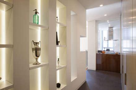 Appartamento a Milano: Ingresso & Corridoio in stile  di bdastudio