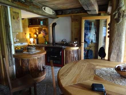 Calda cucina per baita di montagna: Soggiorno in stile in stile Rustico di Mobili Pellerej di Pellerej Massimo