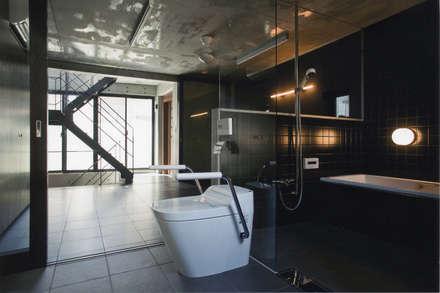 敷地13坪の鉄筋コンクリート造の都市型狭小住宅: スタジオ4設計が手掛けたお風呂です。