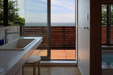 大磯の家: 長浜信幸建築設計事務所が手掛けた浴室です。