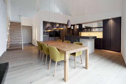 Penthouse B: moderne Esszimmer von destilat Design Studio GmbH