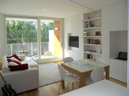 Appartamento a Segrate: Soggiorno in stile in stile Minimalista di bdastudio