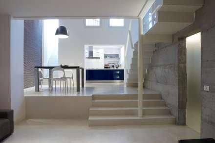 Loft a Milano: Sala multimediale in stile  di luca bianchi architetto