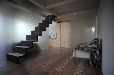 interno a Lucca: Spogliatoio in stile  di Arrigoni Architetti