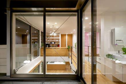 吹抜け: H建築スタジオが手掛けた廊下 & 玄関です。