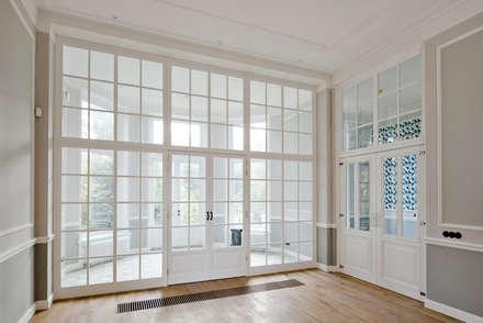 Renovatie herenhuis te Den Haag: klasieke Slaapkamer door Kodde Architecten bna