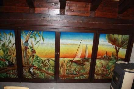 Ripostiglio sotto tetto con apertura telaio in legno e vetrate Artistiche in Vetrofusione: Cucina in stile in stile Tropicale di G.M.Selena-Laboratorio Artigianale di Salami Elena