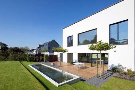 Terrasse mit Wasserbecken: minimalistischer Garten von SCHAMP & SCHMALÖER