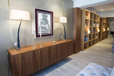 Reforma de vivienda integral. ELEGANT. PASILLO: Salones de estilo moderno de R-decora - Obras, Reformas y Decoración